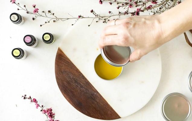 Cách sử dụng nước hoa khô để mùi hương lưu lâu nhất