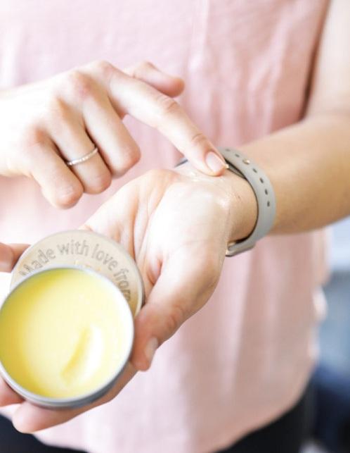 Cách sử dụng nước hoa dạng sáp CHUẨN để mùi hương lâu nhất